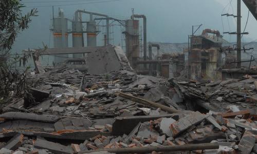 到处是倒塌的房屋,到处是毁坏的设备