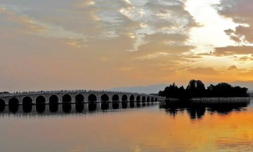 作文 话题作文 > 颐和园作文300字   在十七孔桥上,一眼望去,雨中的昆