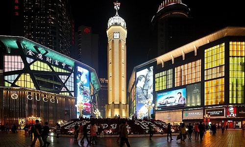 这里是全重庆人民的购物天堂.在解放碑周围有:重百.新世纪.