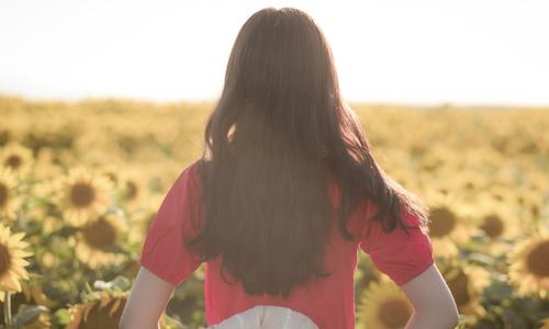 她已经没有了原本乌黑的长发,没有了挺直的背影,时光擦着她的脸颊,将图片