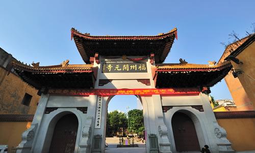 寺内有一座金漆木雕千佛塔