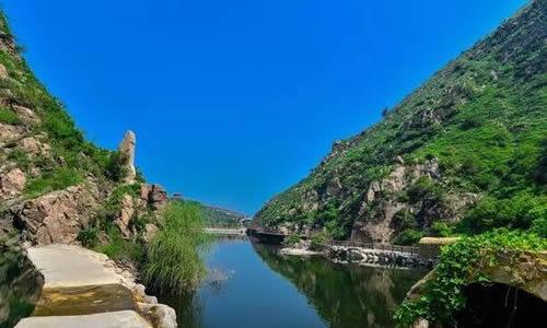 雪花山风景区由前山人文园林景观和后山自然山水景观两部分组成,前山