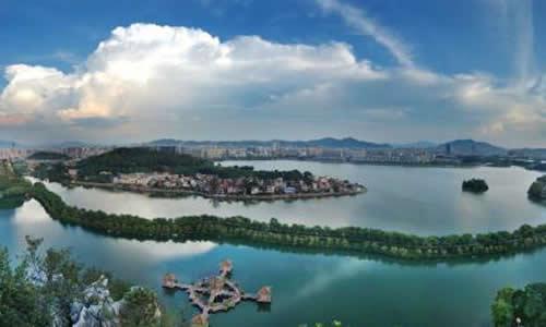 只要是去过肇庆风景名胜地的游客,无论中外,都会流连忘返,陶醉在美丽