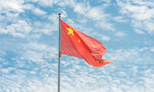 鲜艳的五星红旗在天安门广场上迎风飘扬.图片