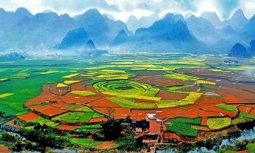话题作文 > 秋天万峰林的作文   初秋,我们坐车去万峰林,路边的田野